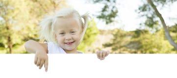 Leuk Meisje die aan Witte Raad met Zaal voor Tekst richten royalty-vrije stock foto
