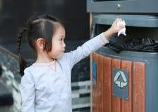 Leuk meisje die afval in de bak zetten openlucht royalty-vrije stock fotografie