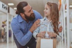 Leuk meisje die bij de wandelgalerij met haar vader winkelen stock afbeeldingen