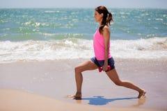 Leuk meisje die bij het strand uitoefenen Stock Afbeelding