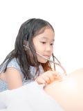 Leuk meisje die de maag van de stethoscoopcontrole gebruiken royalty-vrije stock foto