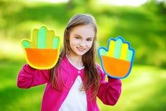Leuk meisje die een bal spelen die spel met de kleverige stootkussens van de velcropalm vangen Stock Afbeelding