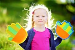 Leuk meisje die een bal spelen die spel met de kleverige stootkussens van de velcropalm vangen Royalty-vrije Stock Afbeelding