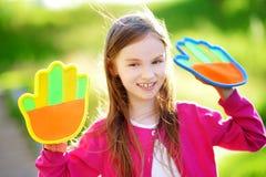 Leuk meisje die een bal spelen die spel met de kleverige stootkussens van de velcropalm vangen Royalty-vrije Stock Fotografie