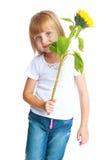 Leuk meisje die een bloemzonnebloem houden Stock Foto