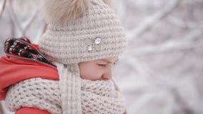 Leuk meisje die in een de winterpark schreeuwen De scheuren stromen van zijn ogen stock footage