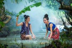 Leuk meisje die in een gelukkige stroom van steekproef zwemmen Stock Foto's