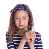 Leuk meisje die een hamster houden royalty-vrije stock afbeeldingen