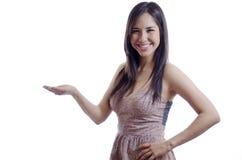 Leuk meisje die een nieuw product voorstellen Stock Foto's