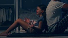 Leuk meisje die haar geheimen met haar delen die fether houden van stock videobeelden