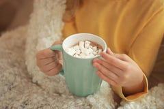 Leuk meisje die hete chocolade met heemst drinken, Stock Afbeelding