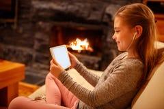 Leuk meisje die iPad digitale computertablet op bed voor educatio gebruiken Stock Foto's