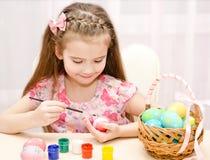 Leuk meisje die kleurrijke paaseieren schilderen Royalty-vrije Stock Foto