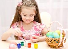 Leuk meisje die kleurrijke paaseieren schilderen Royalty-vrije Stock Afbeeldingen