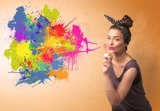 Leuk meisje die kleurrijke plonsgraffiti blazen Stock Fotografie