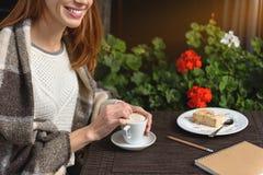 Leuk meisje die in koffie buiten rusten royalty-vrije stock afbeelding