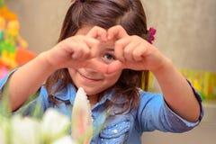 Leuk meisje die liefde tonen Stock Afbeeldingen