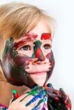 Leuk meisje die met kleurenverf knoeien Royalty-vrije Stock Afbeeldingen