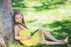 Leuk meisje die met tabletpc leren Stock Fotografie