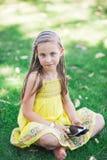 Leuk meisje die met tabletpc leren Royalty-vrije Stock Afbeelding