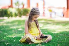 Leuk meisje die met tabletpc leren Royalty-vrije Stock Fotografie