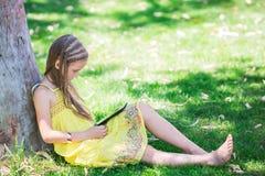 Leuk meisje die met tabletpc leren Royalty-vrije Stock Afbeeldingen
