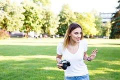 Leuk meisje die op zonnige dag in parkeren met haar camera lopen royalty-vrije stock foto's