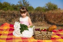 Leuk meisje die picknick in de zomer hebben Stock Fotografie