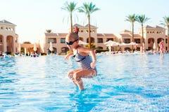 Leuk meisje die pret in zwembad hebben Stock Fotografie