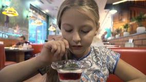 Leuk meisje die roomijs eten stock footage