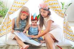 Leuk meisje drie die samen spelen royalty-vrije stock fotografie