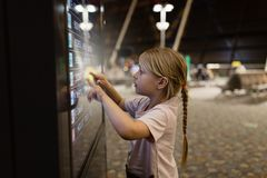 Leuk meisje dringend pictogram op digitaal touch screen in luchthaventerminal Jong geitje gebruikend technologie royalty-vrije stock foto's