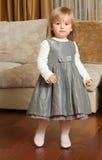 Leuk meisje in een grijze kleding Stock Foto