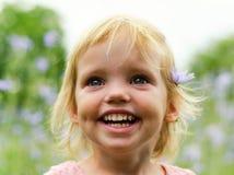 Leuk meisje in een roze kleding die in park glimlachen Stock Afbeeldingen