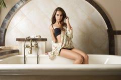 Leuk meisje in elegante badkamers Royalty-vrije Stock Afbeelding