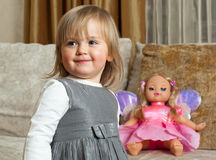 Leuk meisje en een pop Stock Afbeeldingen