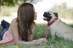 Leuk meisje en haar hond Royalty-vrije Stock Afbeelding