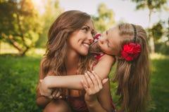 Leuk Meisje en Haar Mamma stock afbeeldingen