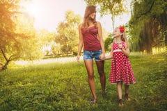 Leuk Meisje en Haar Mamma royalty-vrije stock foto's