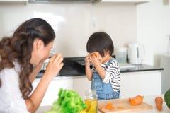 Leuk meisje en haar mooie moederconsumptiemelk en eati stock afbeeldingen