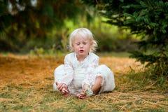 Leuk Meisje in Forest Making Silly Face Stock Fotografie