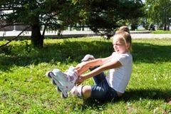 Leuk meisje gezet op rolschaatsen Royalty-vrije Stock Foto