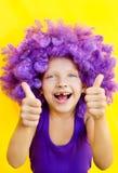 Leuk meisje in grappige pruik Stock Foto's