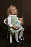 Leuk meisje in groene kleding met pop Royalty-vrije Stock Afbeeldingen