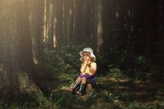 Leuk meisje in het alleen bos Sprookje mooi licht stock foto's