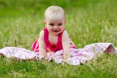Leuk meisje in het gras Stock Afbeeldingen