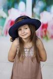 Leuk meisje in het grote hoed stellen stock afbeeldingen