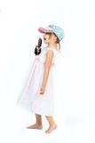 Leuk meisje in het roze kleding en manierglb zingen aan Stock Fotografie