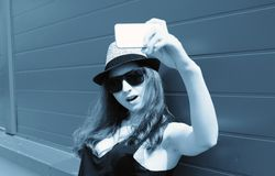 Leuk meisje hipster in een lichte hoed en zonnebril op een de zomerdag Royalty-vrije Stock Fotografie