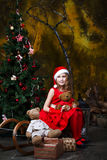 Leuk meisje in Kerstmisdecoratie stock foto